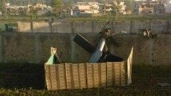 لاشه هلیکوپتر نظامی آمریکا که در جریان حمله به مجتمع مسکونی بن لادن آسیب دید. ۲ مه ۲۰۱۱