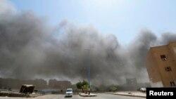 دود ناشی از بمباران هوایی ارتش سوریه روی مواضع پیکارجویان داعش - رقه، ۲۶ مرداد ۱۳۹۳