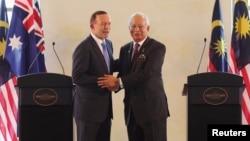 ນາຍົກລັດຖະມົນຕີອອສເຕຣຍເລຍ ທ່ານ Tony Abbott (ຊ້າຍ) ແລະຄູ່ຕຳແໜ່ງ ຝ່າຍມາເລເຊຍ ທ່ານ Najib Razak.