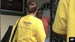 佛罗里达农工大学的法律系学生挨家挨户拜访低收入社区家庭