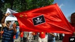 베트남 하노이에서 중국의 남중국해 영유권 주장에 반발해 항의 시위를 벌이는 젊은이들