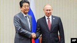 Синдзо Абэ и Владимир Путин во время встречи на саммите Азиатско-Тихоокеанского экономического сотрудничества (АТЭС). Лима, Перу, 20 ноября 2016.