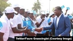 Le président Faure Gnassingbé salue ses partisans à l'ouverture du congrès de son parti à Lomé, Togo, 28 octobre 2017. (Twitter/Faure Gnassingbé)