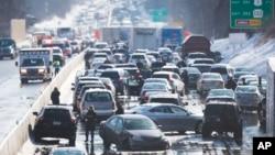 Amontonamiento de vehículos en Bensalem, Pensilvania, donde se registró uno de los múltiples accidentes en cadena.