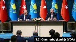 Qozog'iston Prezidenti Nursulton Nazarboyev (chapda) Turkiya rahbari Rajab Toyib Erdog'an bilan, Anqara, Turkiya