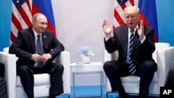 도널드 트럼프 미국 대통령(오른쪽)과 블라디미르 푸틴 러시아 대통령이 G20 정상회의가 열리고 있는 독일 함부르크에서 첫 정상회담을 가졌다.