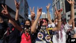 Thanh niên Thổ Nhĩ Kỳ hô khẩu hiệu phản đối chính phủ trong khi tuần hành trong thủ đô Ankara, Thổ Nhĩ Kỳ 4/6/13