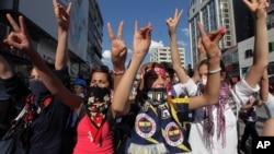 2013年6月4日在土耳其首都安卡拉的示威活动中,参加抗议的年轻人高喊反政府的口号。
