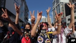 Anak-anak muda Turki meneriakkan slogan-slogan anti-pemerintah saat berdemonstrasi di Ankara (4/6).