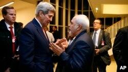 Ngoại trưởng Mỹ John Kerry trò chuyện với người đồng cấp Iran Mohammad Javad Zarif tại Vienna, Áo, 16/1/2016.