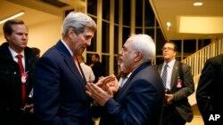 Le secrétaire d'État John Kerry parle avec le ministre des Affaires étrangères iranien Mohammad Javad Zarif à Vienne, le 16 janvier 2016.