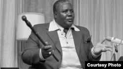 Umuyi, uMnu. Joshua Nkomo, ephethe intonga yakhe okuthiwa yathenjiswa uMnu. Nelson Chamisa.