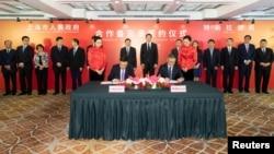 特斯拉公司首席执行官埃隆·马斯克和上海市长应勇于2018年7月10日在上海出席签字仪式。
