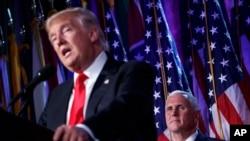 Le président élu des Etats-Unis Donald Trump prononce son premier discours après son élection, avec son vice-président Mike Pence en arrière-plan, à New York, 9 novembre 2016