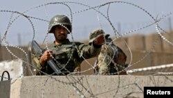 Afg'on askari Britaniya harbiy inshootini qo'riqlayapti. Kobul, 5-avgust, 2014-yil.