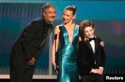 از چب به راست: تایکا وایتیتی (کارگردان، فیلمنامه نویس، بازیگر)، همراه با ستارگان فیلم «جوجو خرگوش» اسکارلت جوهانسون و رومن گریفین دیویس