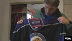 Dejvid Blejzdel priprema dres za nedeljni trening njegovog sina Kristofera.