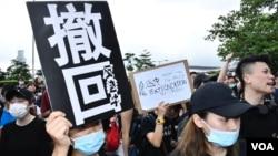 包圍特首辦的示威者高舉標語。(美國之音湯惠芸拍攝)
