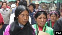 藏区街上行人(美国之音张楠拍摄)