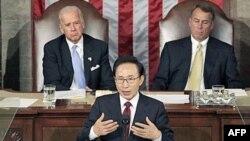 Tổng thống Nam Triều Tiên Lee Myung-bak đọc diễn văn trước lưỡng viện Quốc hội Mỹ, phía sau là phó Tổng thống Hoa Kỳ Joe Biden và Chủ tịch Hạ viện John Boehner