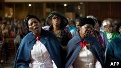 12月8日,婦女們在約翰內斯堡附近的索維託為的一次追思曼德拉的彌撒中唱歌。