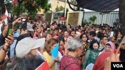 Peserta aksi damai di depan kantor KPU pada Senin (22/4) sore. (Foto: VOA/Sasmito)