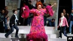 Harvey Fierstein interpretó en Broadway al personaje principal de Hairspray, en la adaptación teatral de la película en 2008.