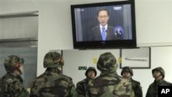韓國海軍陸戰隊員在觀看總統李明博電視實況講話