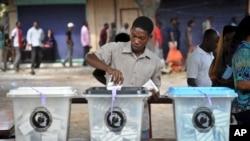 یک رای دهنده در انتخابات روز یکشنبه در تانزانیا