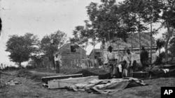 62万美国人在内战中丧生(图中埋葬阵亡军人的情景)