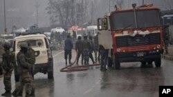 فائر بریگیڈ کے اہل کار بھارتی کشمیر میں ہائی وے پر بکھرا ہوا خون دھو رہے ہیں۔ فوجی قافلے میں شامل ایک بس خودکش حملے کا نشانہ بنی جس میں 50 اہل کار سوار تھے۔ 14 فروری 2019