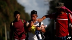 Hombres, mujeres y niños integran la nueva caravana de hondureños que ha atraviesa el territorio de Guatemala el 15 de enero de 2020.