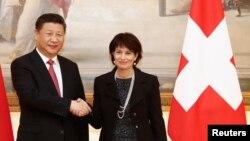 دوریس لیوتار رئیس جمهوری کنفدراسیون سویس در کنار رئیس جمهوری چین.