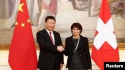 Tổng thống Thụy Sĩ Doris Leuthard và Chủ tịch Trung Quốc Tập Cận Bình bắt tay trước cuộc đàm phán tại Bern, Thụy Sĩ, ngày 16/1/2017.