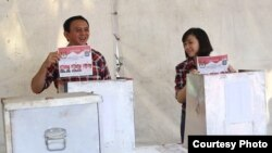 "Gubernur Jakarta Basuki ""Ahok"" Tjahaja Purnama dan istrinya Veronica memberikan suara di TPS Pantai Mutiara, Jakarta Utara (15/2). (Courtesy: Tim Pemenangan Badja)"