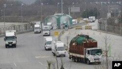 남측 개성공단 입주 업체 차량들이 파주 남북출입사무소를 통해 한국으로 돌아오고 있다. (자료사진)