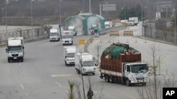 지난달 18일 개성공단 입주 업체 차량들이 파주 남북출입사무소를 통해 한국으로 돌아오고 있다. (자료사진)