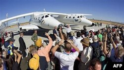 """Britanski milijarder Ričard Brenson ispred aviona """"Svemirski brod dva"""" i """"Beli vitez dva"""" u novom """"spejsportu"""" u Nju Meksiku."""