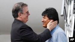 Menlu Meksiko Marcelo Ebrard (kiri) menyambut mantan Presiden Bolivia Evo Morales saat kedatangannya di Mexico City hari Selasa (12/11).