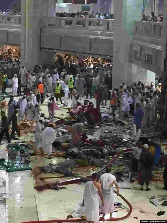 حادثے کے مقام پر ملبے کا ڈھیر لگ گیا۔ حرم شریف کے احاطے کی توسیع کا کام کچھ عرصے سے جاری ہے