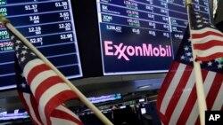 Logo của tập đoàn dầu khí Mỹ ExxonMobil trên bảng điện tử sàn giao dịch chứng khoán New York. Dự án tổ hợp nhà máy LNG của ExxonMobil tại Hải Phòng vừa được thông qua và dự kiến đi vào hoạt động từ 2026.