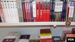 书架左上角有《立此存照:500位中国人的心灵记录》第二卷
