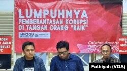 Peneliti ICW Kurnia Ramadhana merilis catatan akhir tahunnya mengenai pemberantasan korupsi di kantornya, Minggu, 29 Desember 2019. (Foto: VOA/Fathiyah)