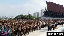 북한 김일성사회주의청년동맹 제9차 대회 참가자들이 23일 평양 만수대 언덕의 김일성·김정일 동상을 참배했다고 조선중앙통신이 보도했다.