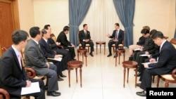 지난 2014년 5월 리룡남 북한 대외경제상(가운데 왼쪽)을 비롯한 북한 대표단이 시리아 다마스쿠스에서 바샤르 알-아사드 시리아 대통령(가운데 오른쪽)를 접견했다. (자료사진)