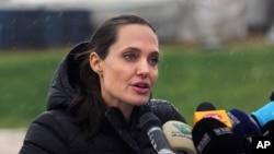 خانم جولی روز گذشته از کمپ مهاجران سوری در وادی البقاع لبنان دیدن کرد.