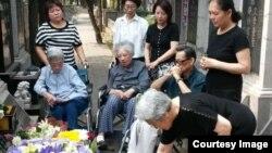 2016年6月49日,部分六四难属在北京万安公墓为27年前遇难亲人祭酒。(图片由天安门母亲提供)