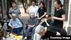 2016年6月4日,部分六四难属在北京万安公墓为27年前遇难亲人祭酒。(图片由天安门母亲提供)