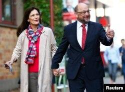 Lider Socijaldemokratske partije Nemačke (SPD) i glavni kandidat te stranke, Martin Šulc, sa suprugom Inge stiže na biračko mesto tokom generalnih izbora u Nemačkoj, Vurselen, 24 septembra 2017.
