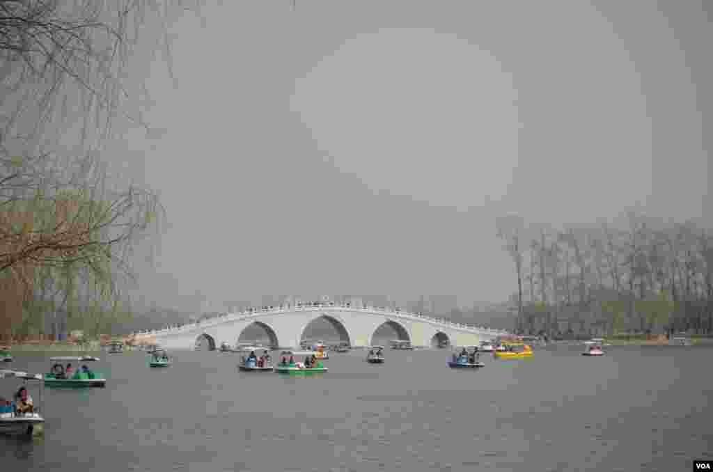"""中堤桥""""水天一色"""",游客游湖兴致不减(曾谙 摄于2016年3月21日)"""